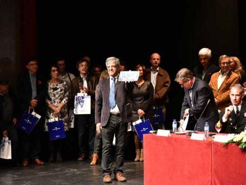 Jerónimo Teixeira, um dos homenageados, mostra a peça oferecida ao auditório