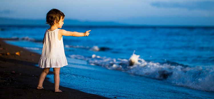 """A litlle girl speaks to the ocean"" (Menina fala com o oceano)"